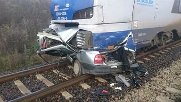 Pod Piotrkowem pociąg przeciął samochód na pół. Kierowca zginął