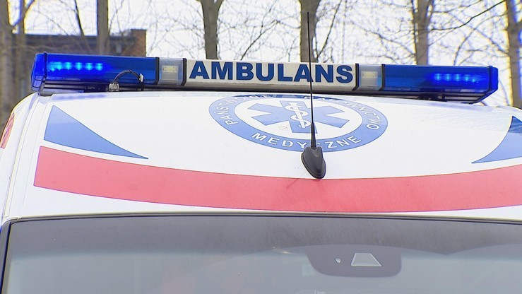 Szkolny autobus uderzył w drzewo. Przewoził 26 dzieci