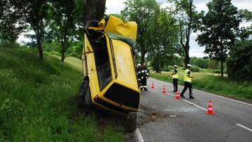 Mężczyzna zasnął za kierownicą. Samochód zawisł na drzewie