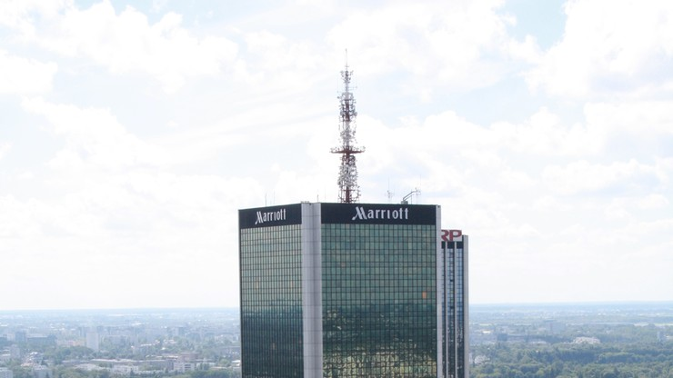 """""""Człowiek - pająk"""" w Warszawie. Mężczyzna, który wspiął się na hotel Marriot, usłyszał zarzut"""