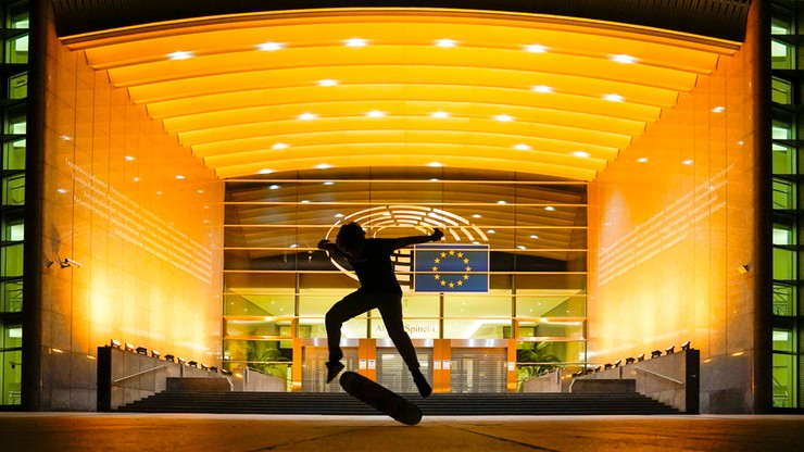 Parlament Europejski oświetlony na złoto dla dzieci chorych na raka. Inicjatywa Ewy Kopacz