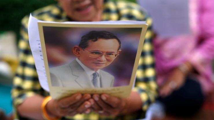 Tajlandczycy ubrali się na różowo. W ten sposób wspierają króla