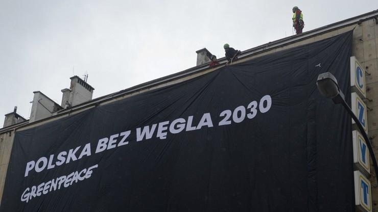 Zasłonili transparentami siedziby PiS i PO. 46 aktywistów Greenpeace usłyszało zarzuty