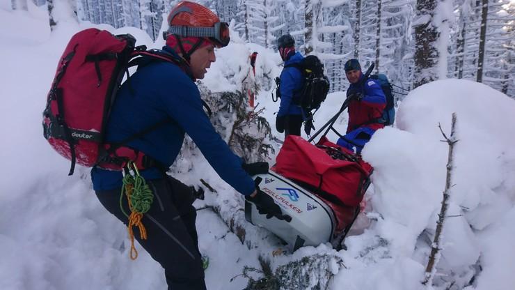 Zwłoki z górskiej chatki znosiło 15 ratowników GOPR. Prokuratura zna przyczynę śmierci