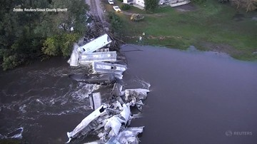 38 wykolejonych wagonów, ładunek wpadł do rzeki. Wypadek pociągu towarowego w USA
