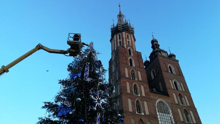 Podnośnik na Rynku Głównym w Krakowie. Wieszanie ozdób na choince