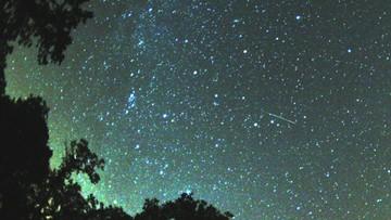 """""""Wystarczy położyć się na kocu i wpatrywać w niebo"""". Przed nami noc spadających gwiazd"""