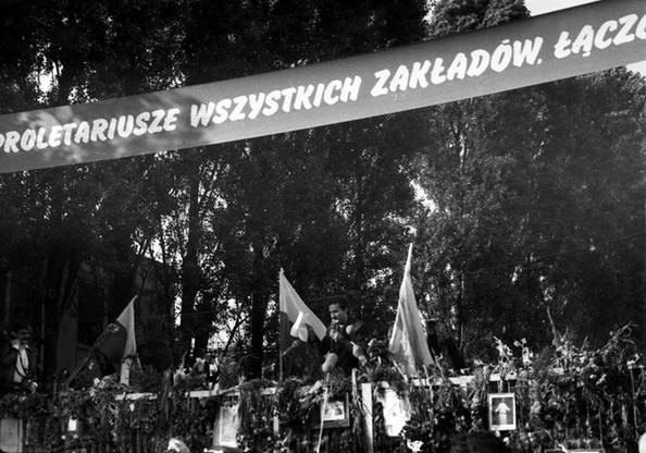 Mieszkańcy Gdańska zgromadzeni przed Bramą nr 2 Stoczni Gdańskiej im. Lenina w oczekiwaniu na ogłoszenie podpisania porozumienia strajkujących z rządem i zakończenia strajku