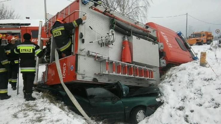 Szklanka na drodze. Strażacy jechali na pomoc, ale wpadli do rowu i przygnietli passata