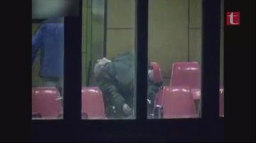 Brutalnie pobili mężczyznę na dworcu i oddali na niego mocz. Wstrząsające nagranie z monitoringu