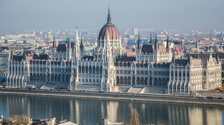"""""""Małżeństwo jako związek kobiety i mężczyzny"""". Rząd Węgier chce zmienić konstytucję"""