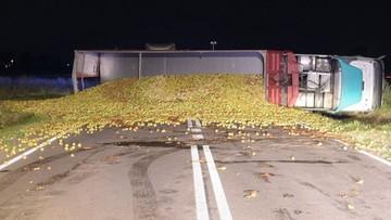 Zderzenie nissana z ciężarowym volvo. Na jezdni znalazło się 20 ton jabłek