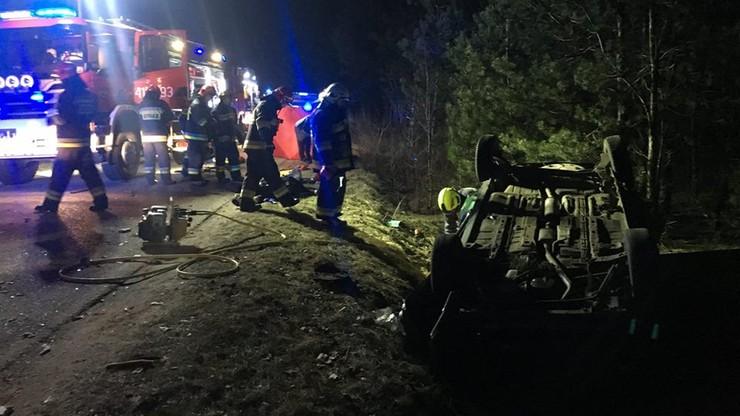 Opel dachował i wpadł do rowu. Trzej młodzi mężczyźni zginęli, czwarty ciężko ranny