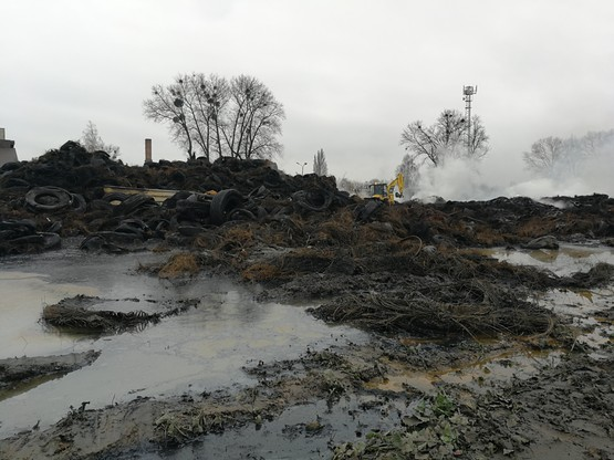 Pożar w Raciniewie. Wojsko przysłało ciężki sprzęt gąsienicowy