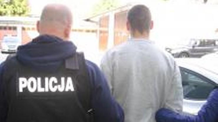 W Krakowie złodziej uciekając przed policjantami, zgubił buty