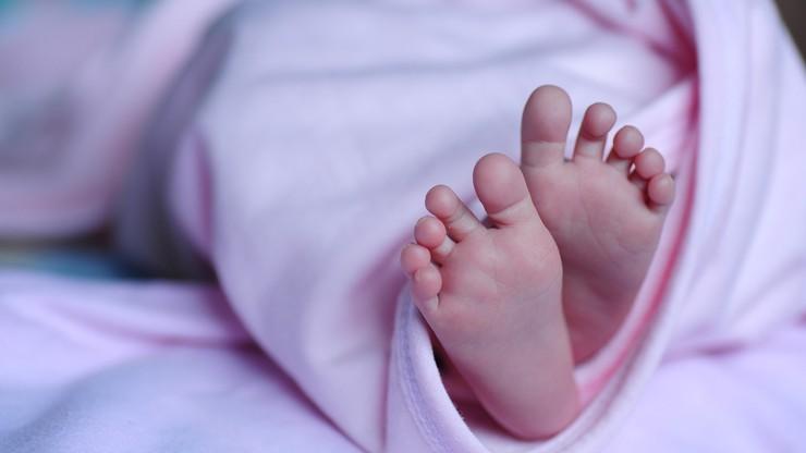 Wyrok ws. znęcania się nad niemowlęciem. Matce wymierzono karę 4 lat więzienia, ojca uniewinniono