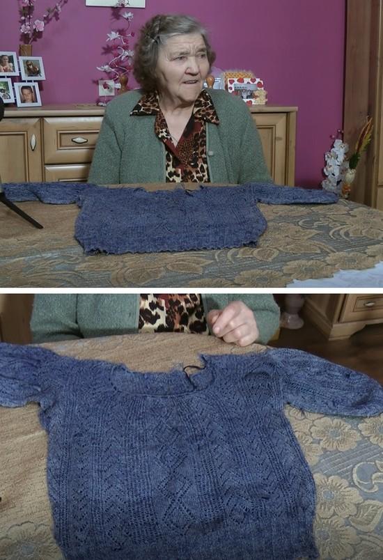 Pani Janina pokazuje sweterek, który zrobiła na Syberii w 1944 roku
