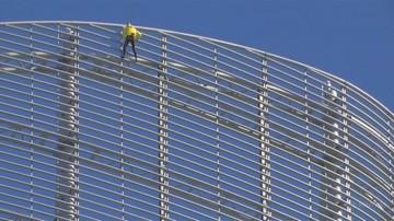 """""""Człowiek pająk"""" wspiął się na wieżowiec w Paryżu. Bez sprzętu i zabezpieczenia"""