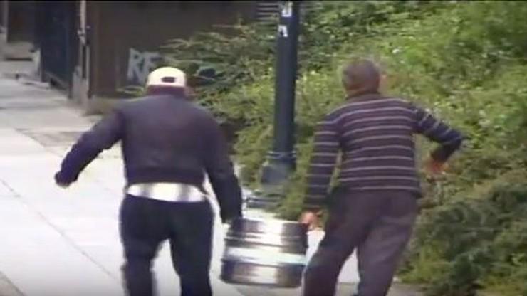 Ukradli beczki z piwem i usiłowali je ukryć w krzakach. Zobacz to samo, co strażnik miejski