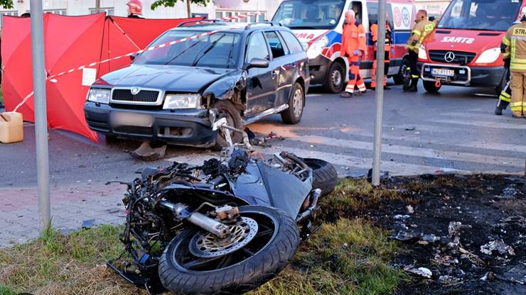 Wypadek w Ożarowie Mazowieckim. Motocyklista uderzył w skodę