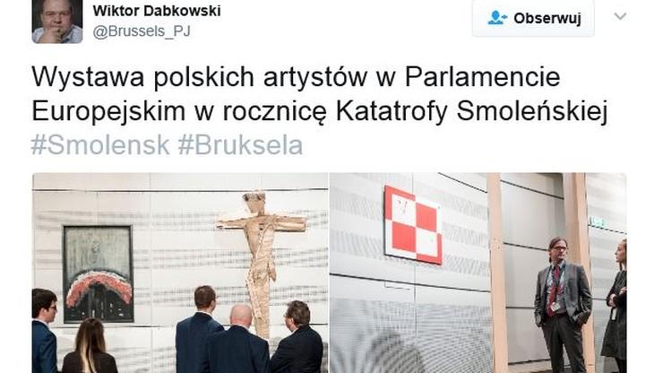 W Europarlamencie otwarto wystawę smoleńską. Krzyż i szachownica na ścianie