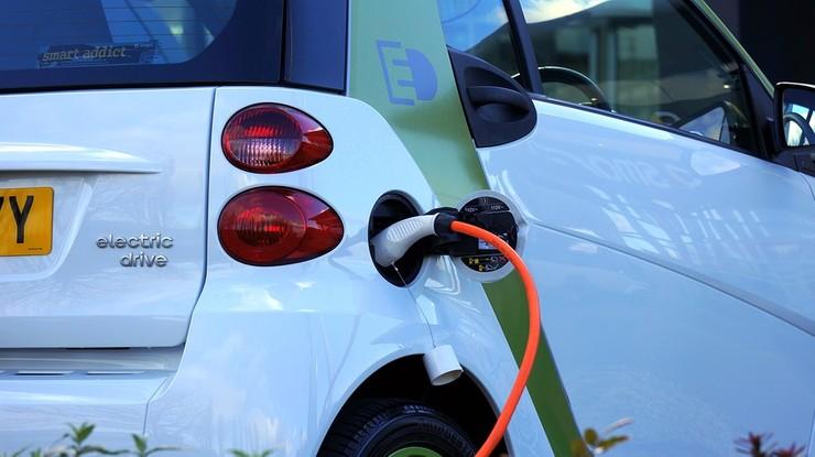 Minister chce obowiązkowych gniazdek dla aut elektrycznych w nowych blokach. Deweloperzy przeciwko