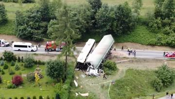 [ZDJĘCIA] Zderzenie autobusu z dziećmi i ciężarówki na zakopiance. Ranni uczniowie w szpitalu