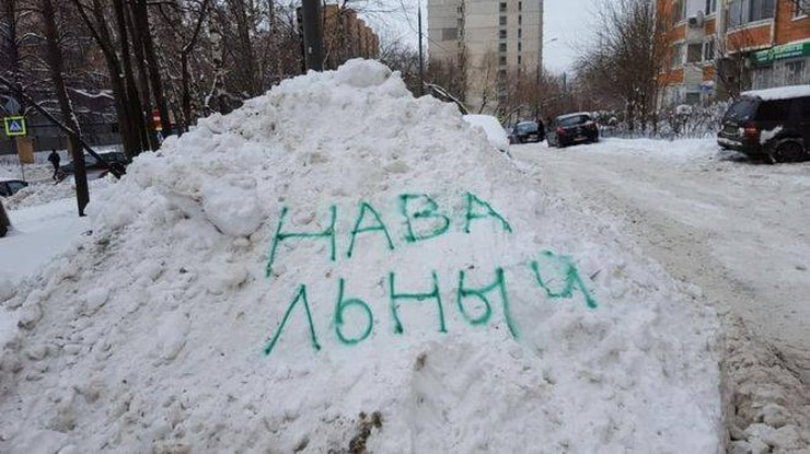 """Rosjanie znaleźli sposób na zalegający śnieg. Hasło """"Nawalny"""" zmusza służby do uprzątnięcia zasp"""