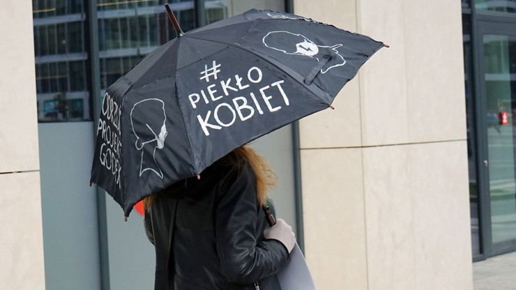 """Głównie pouczenia. """"Strajk kobiet"""" w Warszawie bez surowych kar"""