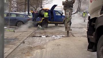 Kolejna awaria w Warszawie. Mieszkańcy bez ogrzewania, autobus wpadł w wyrwę