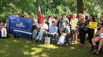 """""""Złotówka za złotówkę"""" przegłosowana. Niepełnosprawni protestowali w środę przed Senatem"""