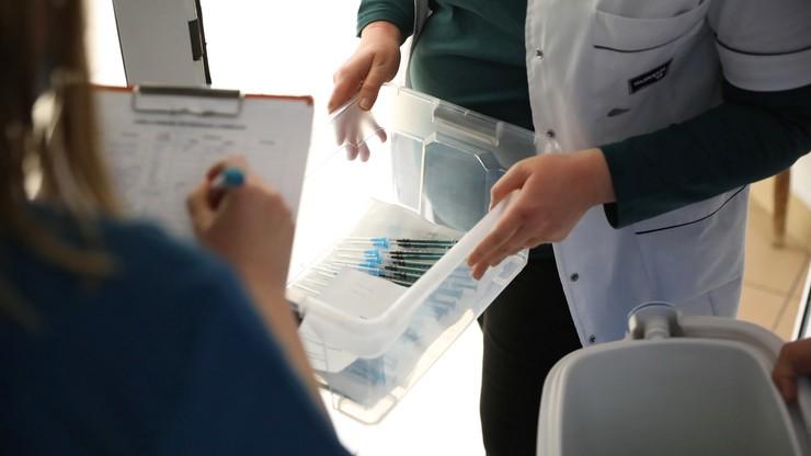Rząd nie zamówił części dostępnych szczepionek? Rzecznik resortu zdrowia wyjaśnia