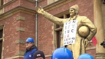 Złoty Tusk przed budynkiem Rady Miasta Gdańska. Happening stoczniowców w obronie ks. Jankowskiego