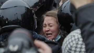 Policjant z całych sił kopie kobietę w brzuch. Tak tłumią protesty w Rosji [WIDEO]