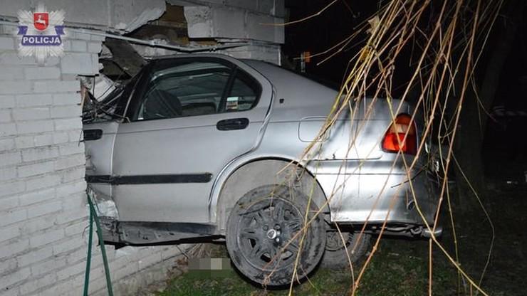 """Samochód zawisł w ścianie domu. Kierowca """"na podwójnym gazie"""""""