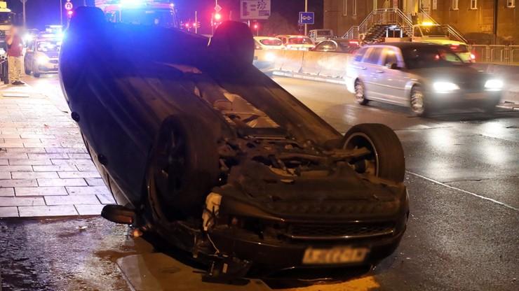 Auto dachowało na Wisłostradzie. Ranne trzy osoby, w tym dwoje dzieci [ZDJĘCIA]