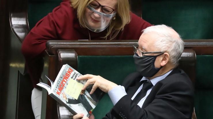 Sondaż: PiS liderem, ruch Szymona Hołowni z dobrym wynikiem