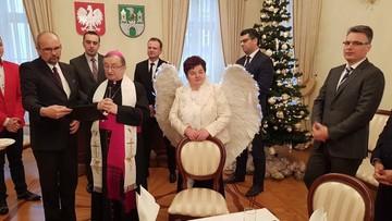 Radna PiS przebrana za anioła na spotkaniu wigilijnym w Zielonej Górze