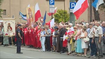 """""""Murem za arcybiskupem Jędraszewskim"""". Wiec poparcia przed krakowską kurią"""