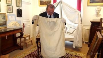 """Pończochy i tkanina z krwią Napoleona na aukcji. """"W tej plamie jest DNA cesarza"""""""