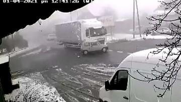 Śmiertelny wypadek. 87-latek wjechał pod ciężarówkę