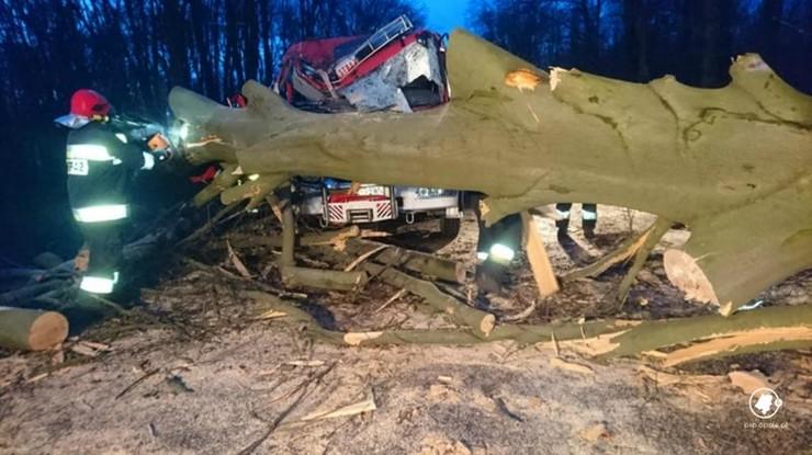 Na wóz strażacki spadło drzewo. Dwóch strażaków rannych