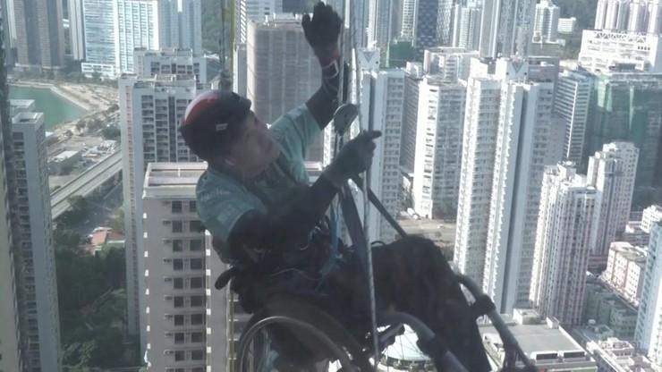 Niepełnosprawny wspinał się na ponad 300-metrowy wieżowiec. Był na wózku inwalidzkim