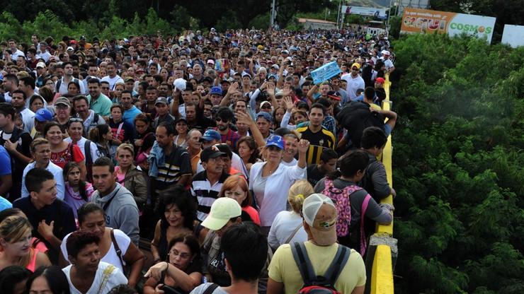 Tłumy Wenezuelczyków na zakupach w Kolumbii. W weekend otwarto granicę