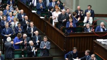 PiS przegłosowało ustawę o SN. Posłowie i ministrowie wstali i klaskali, a Gowin…