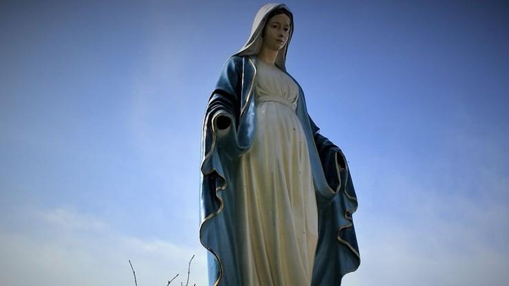Wszedł na ołtarz kapliczki i wyrwał dłonie figury Matki Boskiej. Mężczyźnie grozi 7,5 roku więzienia