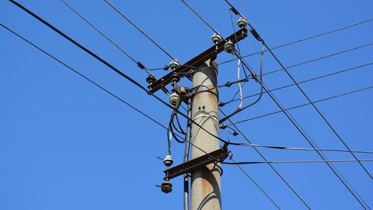 Podkaprackie. Nastolatek wspiął się na słup energetyczny. Został porażony prądem
