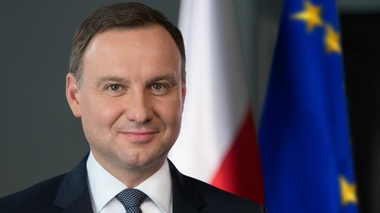 """""""Godnie reprezentuje Polskę"""" albo """"marionetka prezesa"""". Pochwały i krytyka Andrzeja Dudy po roku prezydentury"""