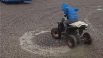 Chłopiec jeździł quadem po parkingu. Teraz gmina szuka rodziców