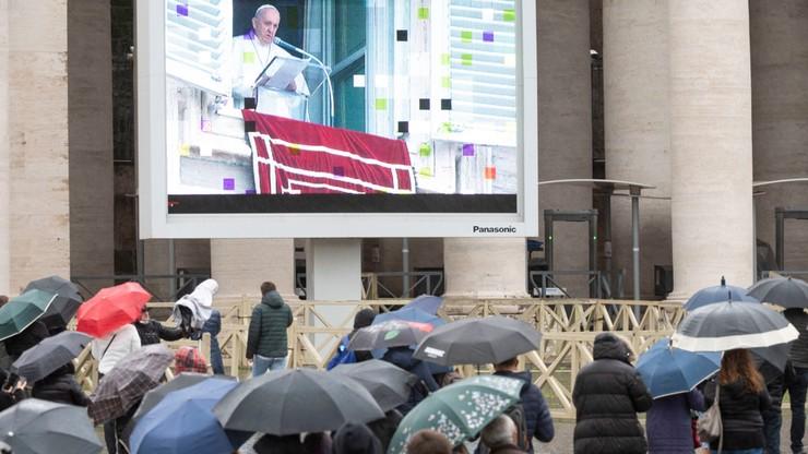 Pierwszy od wielu tygodni Anioł Pański z udziałem wiernych. Papież mówił o ochronie życia